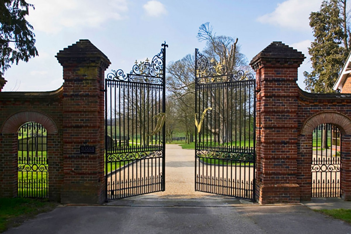 Newsells-Park-Stud-gallery_Main_gates_MG_3447